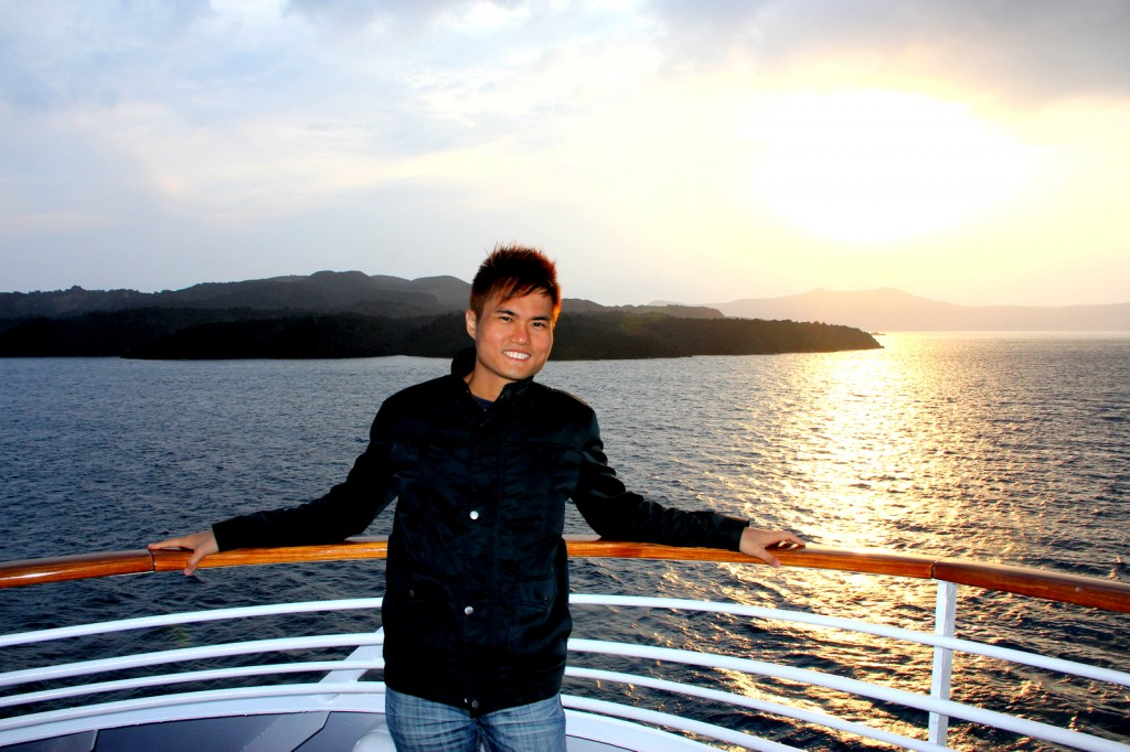 A typical photo with the beautiful sunset in Santorini