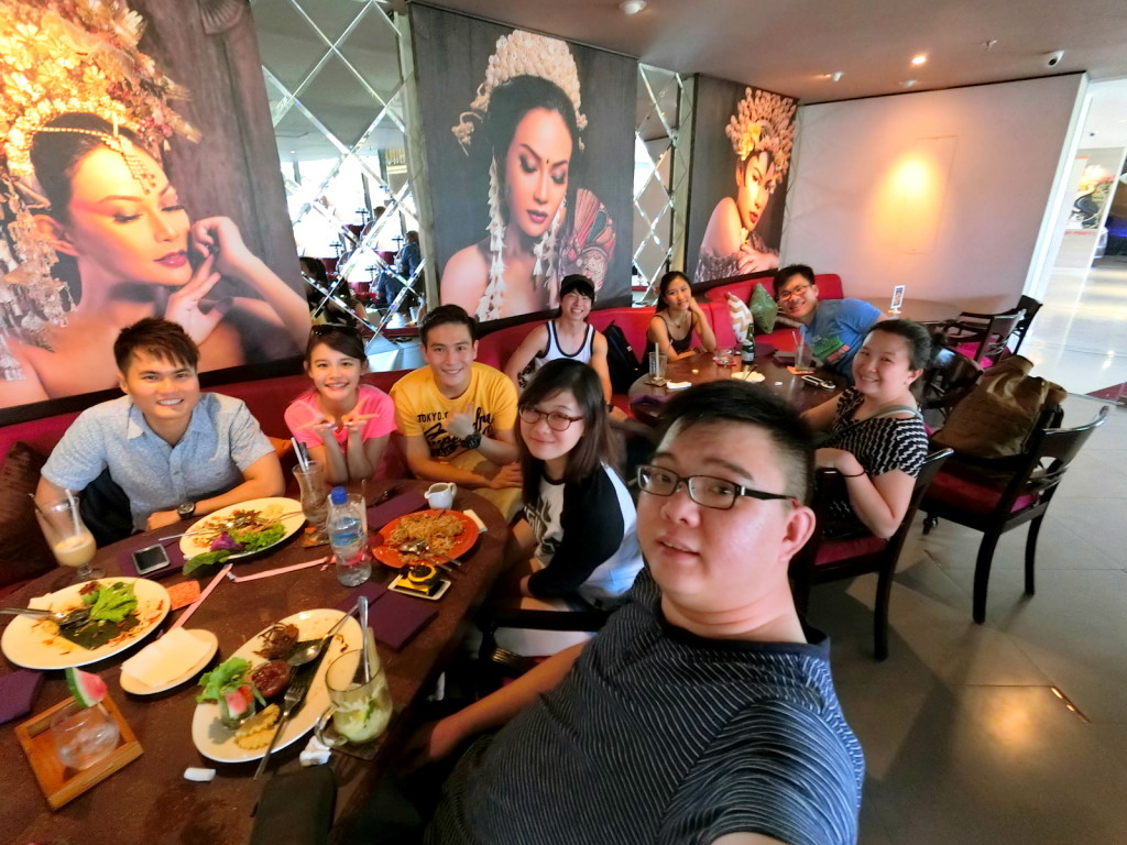 Wefie with the crew! Again, see I have lotsa space... It's wide angle :-)