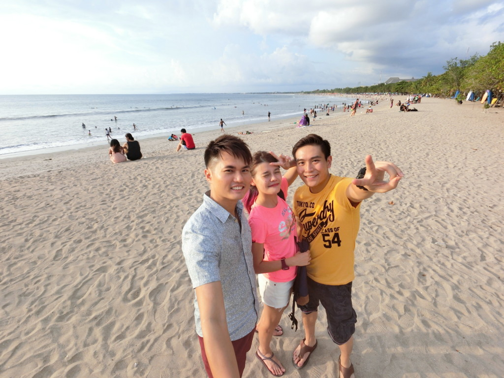 Wefie with the gorgeous lifestyle bloggers Maybeline and James on the white sandy Kuta Beach! With a wide angle lens and and auto beauty function, everything inside the frame SUPPOSE to look pretty! haha