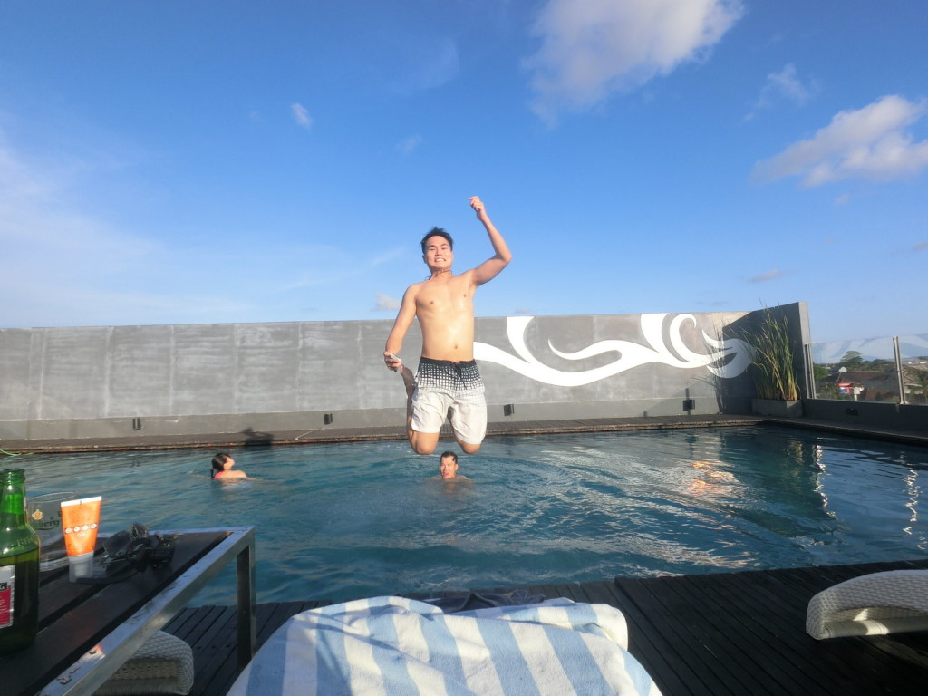 While tourist were taking their siesta, travel bloggers gotta do test jump shot @ swimming pool! :-(