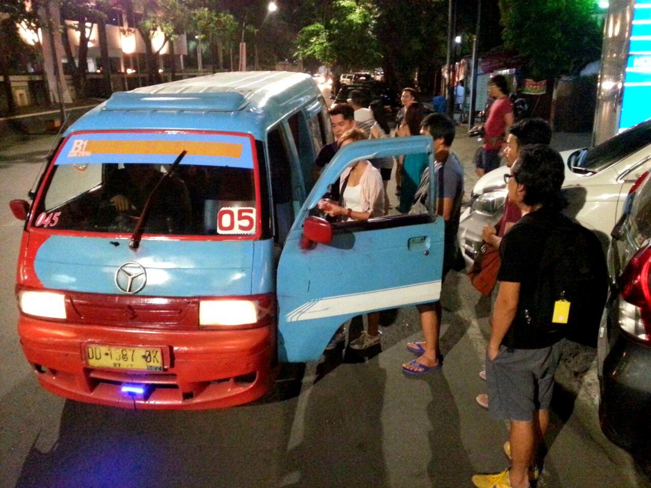 Makassar Bus Mini Blue Van